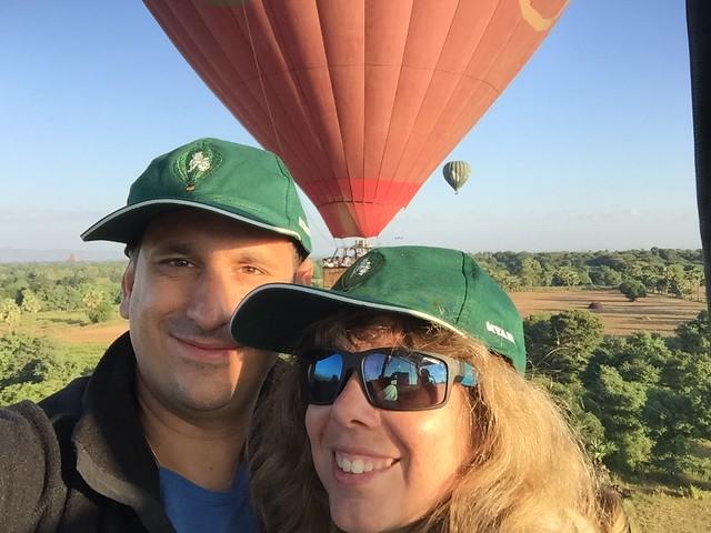 Sele y Rebeca volando en globo sobre Bagan (Myanmar)