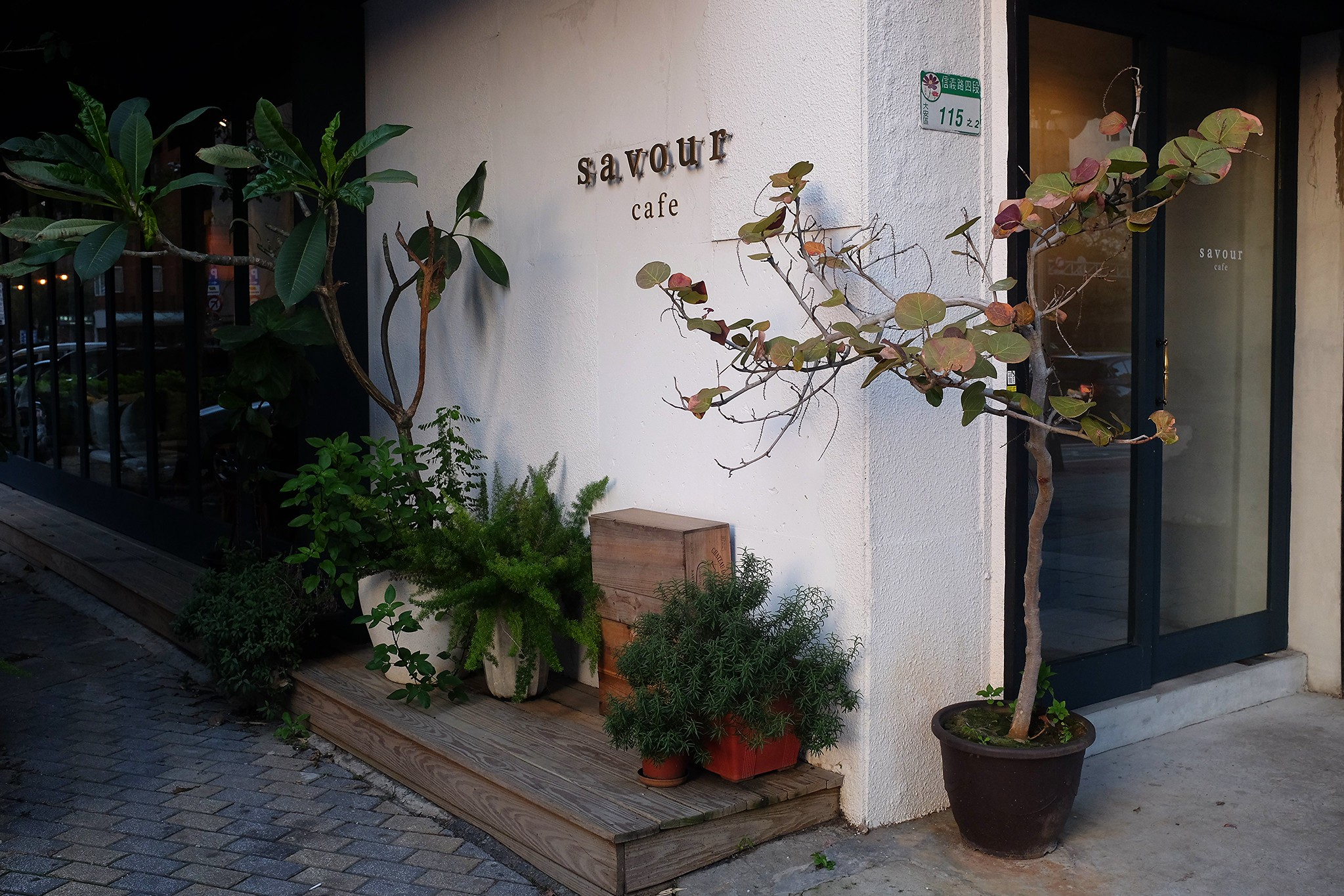 savour cafe entrance
