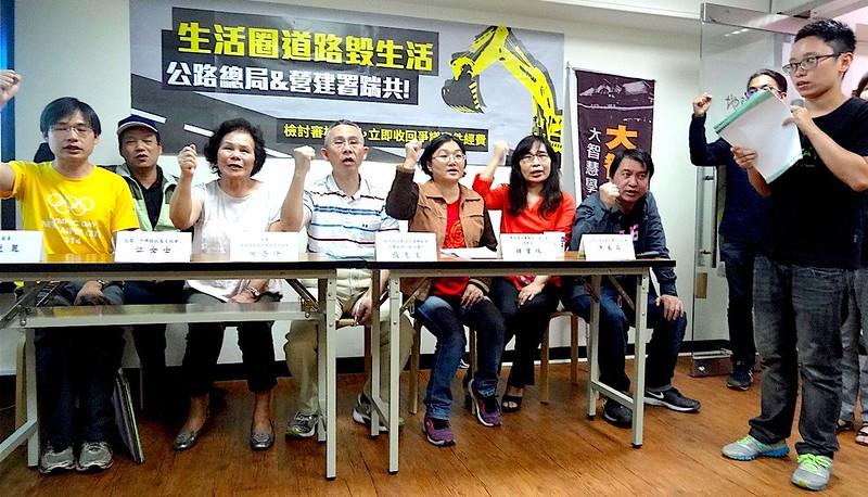 台灣環境保護聯盟花蓮分會理事長鍾寶珠講述193線道拓寬案遭抗爭的理由。攝影:賴品瑀。