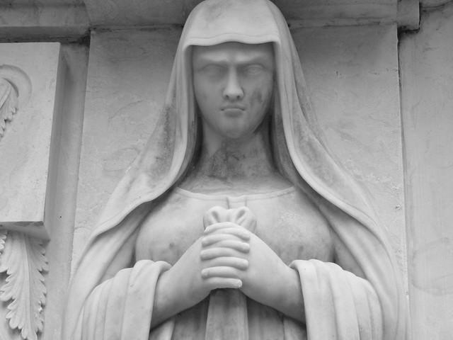 Estatua de plañidera en el Cementerio de los Placeres de Lisboa