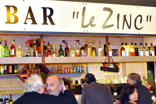 """Monaco, 4. März 2016: Nach dem Espresso überlegen wir, wo wir den Geburtstags-Kir nehmen sollen. Na, am besten in der Markthalle, wo es neben den üblichen Köstlichkeiten und einem Socca-Stand auch die kleine Bar """"Le Zinc"""" gibt, wo sich die Einheimischen versammeln. 4 x Kir Cassis, bitte ! Und 1 Portion Socca darf auch nicht fehlen. Foto Brigitte Stolle März 2016"""