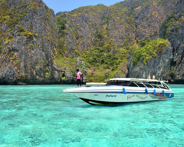 Speedboat flotando sobre las preciosas aguas que rodean la laguna de Maya Bay