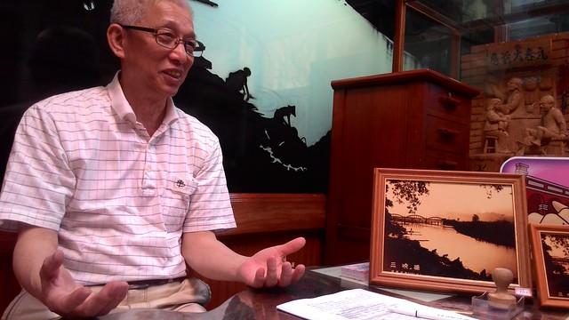 元春大藥房老闆陳瑞穗,描述三峽老街百年風華歷史點滴。攝影:林倩如。