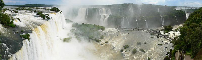 Passerelles en-dessous des chutes d'Iguazu au Brésil