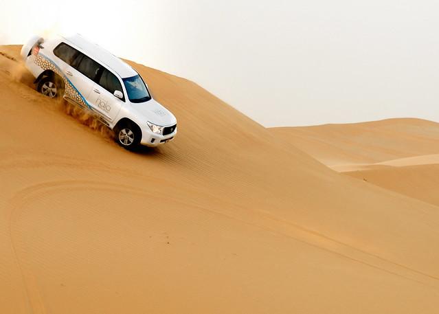Descendiendo una duna gigante en el desierto de Abu Dhabi