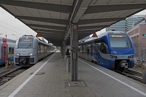 Desiro 460 014 (links) und Flirt 3 ET 351 (rechts) am Münchner Hauptbahnhof