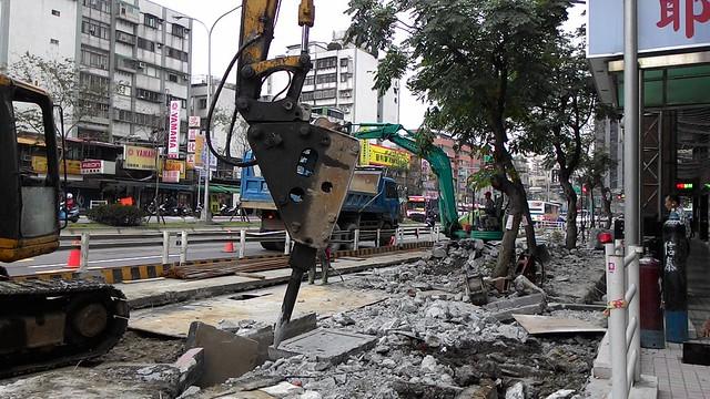 重型機具直接在缺乏有效邊框的條件下於路樹旁開挖。攝影:林倩如。