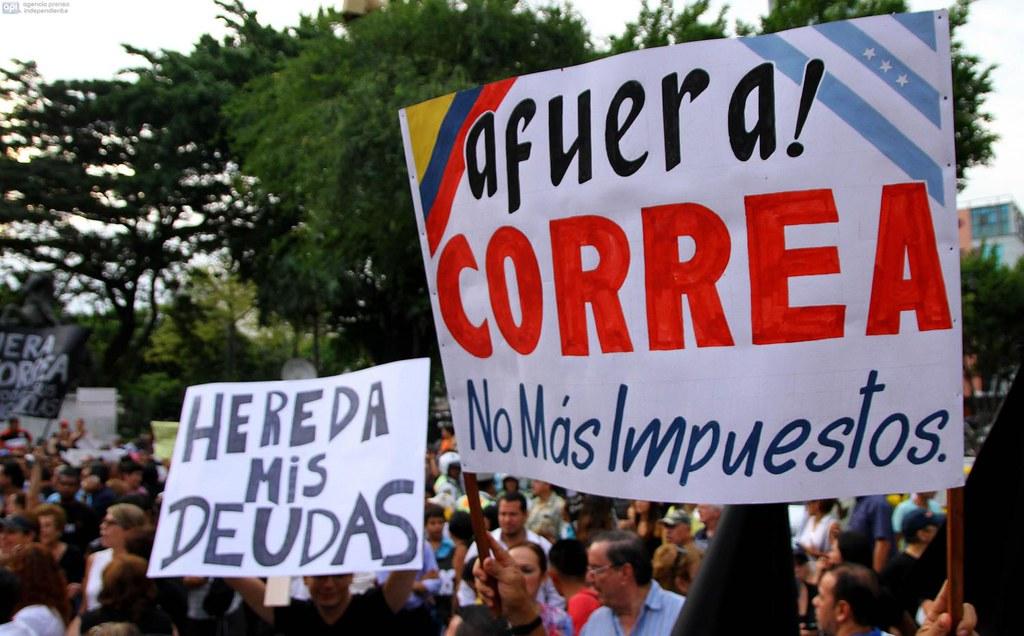 右翼反對柯雷亞欲推動的稅改,頻頻走上街頭抗議:「柯雷亞別想徵我稅!」(圖片來源:Juan Cevallos/AFP)
