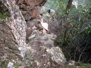 Le sentier le long du gros bloc rocheux