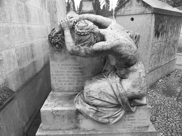 Escultura de mujer francesa en el Cementerio de los Placeres de Lisboa