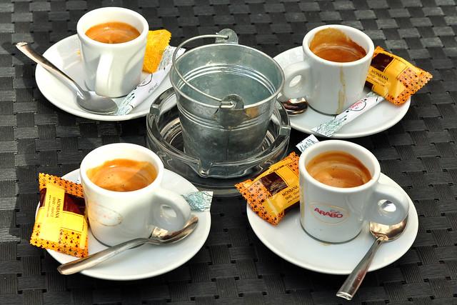 Geburtstag feiern in Monaco: toll ! Bevor ich meine drei Reisebegleiter zu einem Kir Royal einlade, gibt es erst mal einen Espresso zum Frühstück. Von meinem Platz aus kann ich alle wichtigen Daten des Tages abfotografieren: Es ist das Jahr 2016, Freitag (Vendredi), der 4. März. Um 10.35 Uhr befinden wir uns im Café Monaco und es hat 15 Grad. Hoch die Tassen ! Foto Brigitte Stolle März 2016