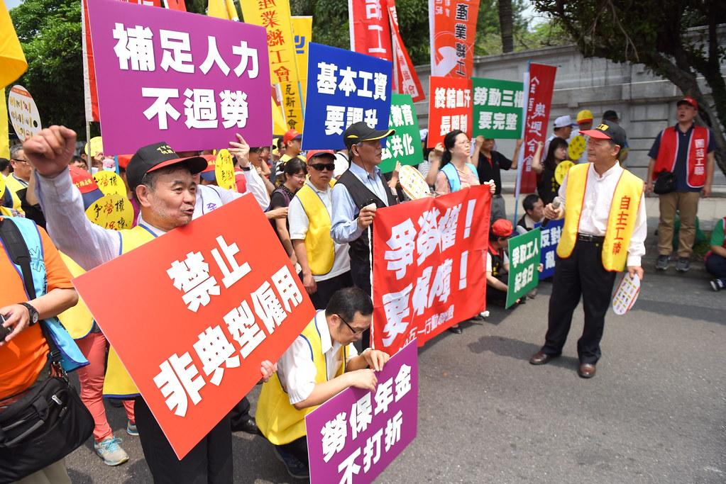 勞團在凱道舉行五一遊行行前前記者會,說明將挑戰新政府的年金改革及長照政策。(攝影:宋小海)