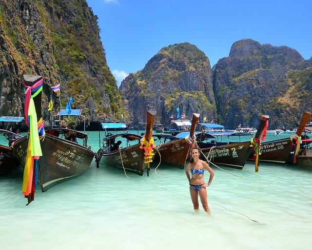 Preciosa panorámica de las barcas en la orilla de una de las playas de Koh Phi Phi Lee