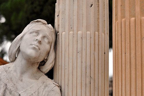 Ich fotografiere gerne auf Friedhöfen und  meine Sammlung vergrößert sich zusehends. Oben auf dem Schlosshügel (Colline du Château) in Nizza (Nice), wo man zu Fuß und über Treppen, aber auch mit einem kostenlosen Aufzug hingelangen kann, liegen der christliche und der jüdische Friedhof direkt nebeneinander. Orte der Stille mit grandiosen Panoramablicken. Eine Empfehlung für Touristen, die dem Trubel der Innenstadt für eine Weile entkommen möchten - hier kann man ein wenig verschnaufen und innehalten. Dennoch ist der jüdische Friedhof (Cimetière Israélite) kein Touristenort, sondern ein aktiver Friedhof, auf dem auch neue Gräber zu finden sind. Fotos: Brigitte Stolle Mannheim Februar 2016