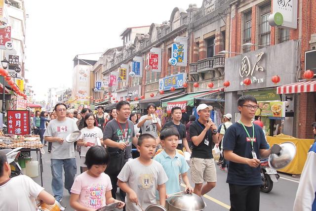 聲援團體和自救會舉辦音樂會,並上街遊行,邀請民眾了解大溝頂拆遷議題。攝影:李育琴