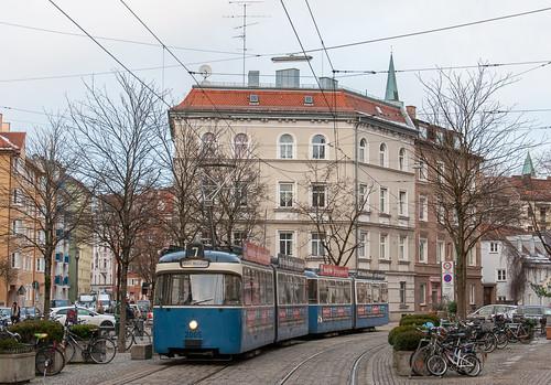 Der Museumsshuttle mit einem P/p-Zug befährt den Genoveva-Schauer-Platz in Haidhausen