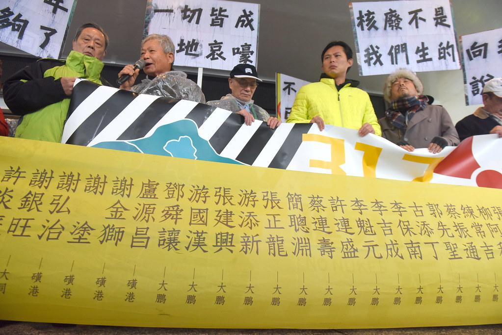 北海岸反核行動聯盟、鹽寮反核自救會昨日也舉行返鄉核廢核行動,並向已故的反核居民致敬。(攝影:宋小海)