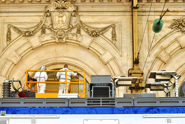 Über den wunderschönen Hauptbahnhof in Nizza (Gare de Nice) habe ich bereits im Rahmen der Zugfahrt nach Menton berichtet. Heute geht es nach Cannes. Die Fahrt hin und zurück (aller et retour) kostet 14 Euro pro Person. Abfahrt 9.30 Uhr an Gleis C. Schon das Bahnhofsgebäude selbst und die Gleise, wo man zwischen Palmen auf seinen Zug wartet, sind eine Sehenswürdigkeit für sich. Wir befinden uns in der Region PACA (Provence-Alpes-Côte d'Azur). Hier ein paar Bahnhofsimpressionen vom März 2016 Foto Brigitte Stolle