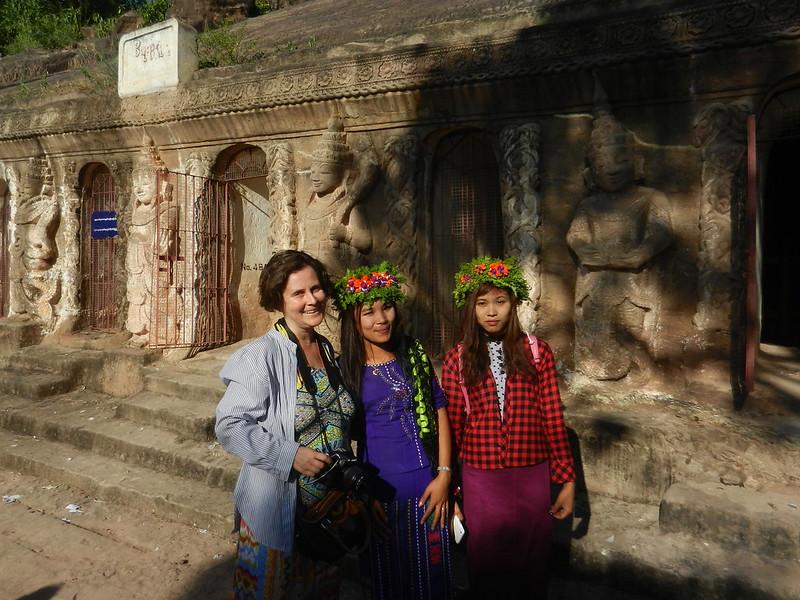 Мьянма, девушки в веночках