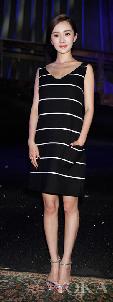 Yang in a Marc Jacobs new 2014 stripe dress appeared, simple elegant hairstyle neat easy, was praised by netizens lively and pretty, more user reviews of her