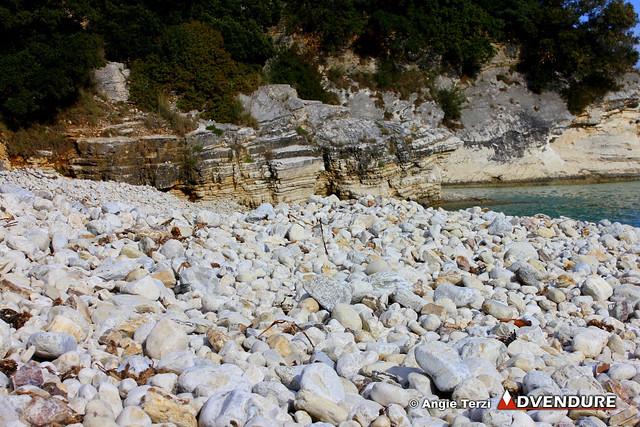 Μέσα στο οικοσύστημα του Ερημίτη οι αθλητές θα διασχίσουν και παραλίες με λευκά βότσαλα και όμορφους βραχώδεις σχηματισμούς, ενώ μι στενή λωρίδα γης θα τους χωρίζει από τις λίμνες!