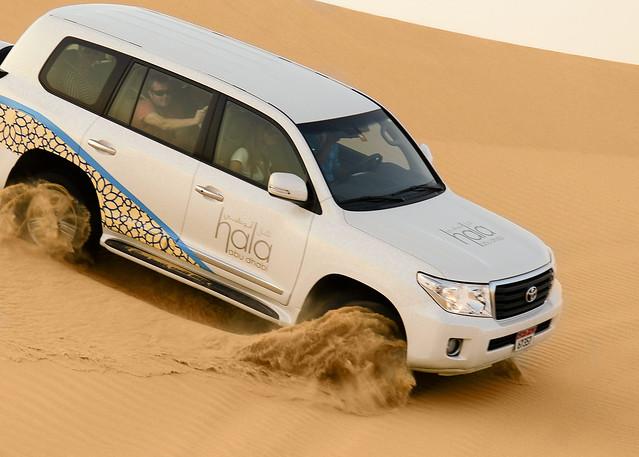 Racheando ruedas en la arena del desierto