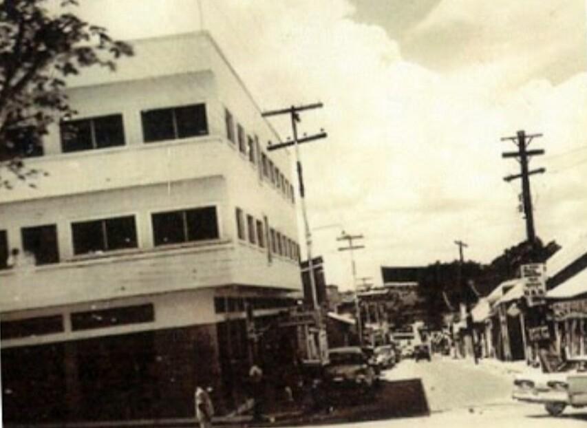 Este edificio esta al frente de la sede de Alcaldía de Caroní.., ¿Sabes cómo se llama o que quedaba allí?