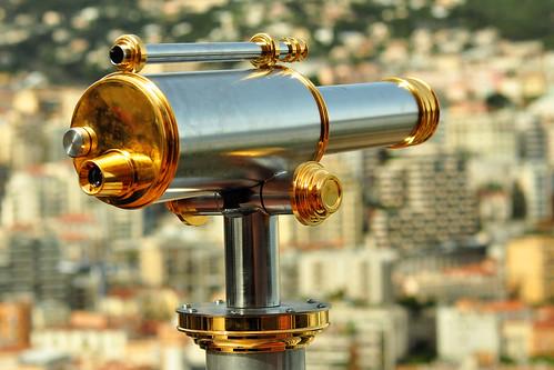 """Das Fürstentum Monaco ist (nach der Vatikanstadt) der zweitkleinste Staat der Welt. Die Ausmaße: rund 2 Kilometer lang, rund 1 Kilometer breit. Vor allem der 2005 verstorbene Fürst Rainier III. war für seine rege Bautätigkeit berühmt-berüchtigt, wovon die Bezeichnung """"der Baufürst"""" zeugt. Jeder noch so kleine Fleck sollte so gut wie möglich bebaut und genutzt werden. Da Monaco bei den Betuchten dieser Welt als Wohnsitz sehr begehrt ist (es gibt weder eine Einkommen- noch eine Erbschaftsteuer), gehören die Immobilienpreise zu den höchsten der Welt. Beispielsweise kostet eine 30 qm-Eigentumswohnung 1,5 Millionen Euro. Aufgrund der fleißigen Bautätigkeit und der zahlreichen Hochhäuser wird Monaco auch """"Manhatten am Mittelmeer"""" genannt. Welch ein Kontrast zu den historischen Bauwerken und den verwinkelten Gässchen der Altstadt ! - So erstaunt ein Restaurant in der Innenstadt mit dem Namen """"New York"""" nicht allzu sehr. Foto Brigitte Stolle März 2016"""