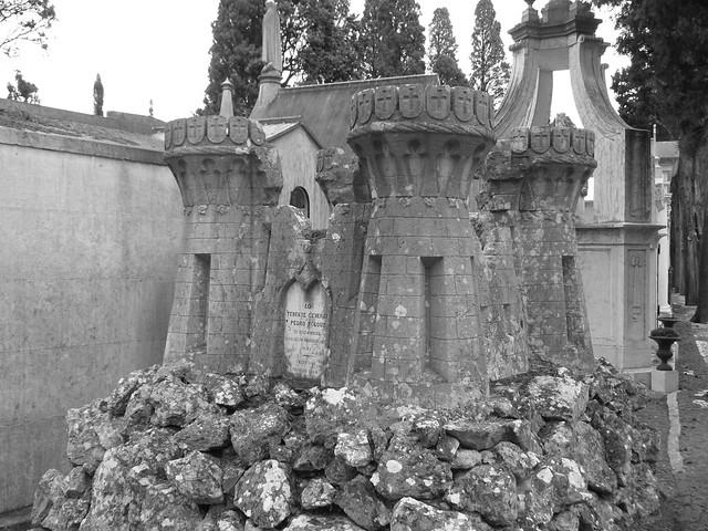 Tumba-castillo del Cementerio de los Placeres de Lisboa