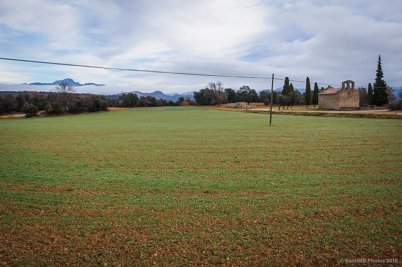 Santa Maria d'Avià rodeada de campos