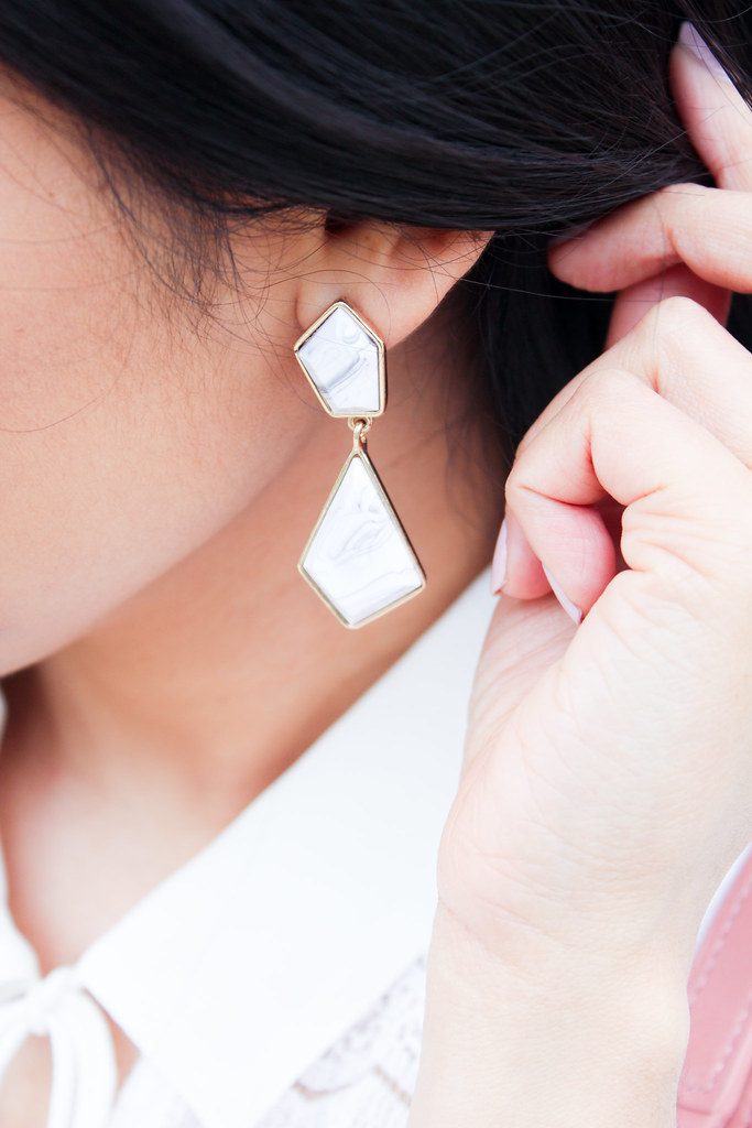 Statement earring with marble pattern