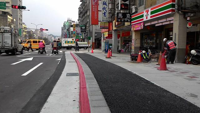 羅斯福路五、六段人行環境改善工程,樹木新植區段,自行車道及鋪面均使用透水材質。攝影:林倩如。