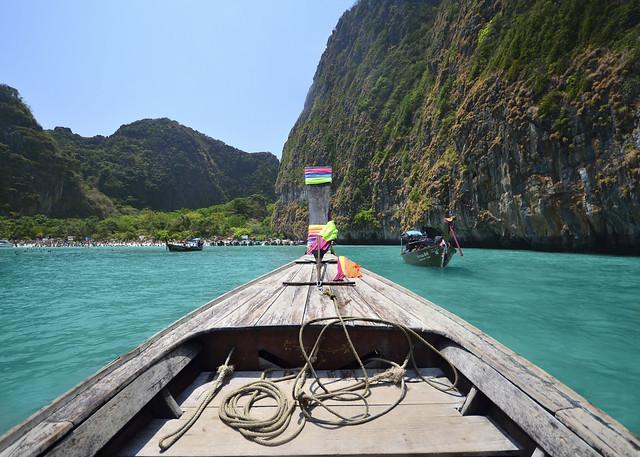 Parte delantera de nuestro longtail a puntito de llegar a la orilla de Maya Bay