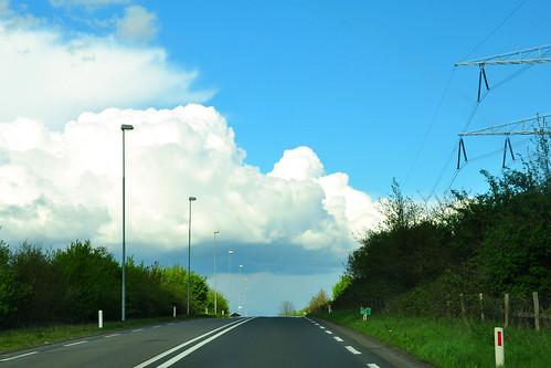"""Rückfahrt von Belgien und Holland ins Ruhrgebiet (u. a. auf dem """"Napoleonsweg"""") - Fotos aus dem fahrenden Auto: Wunderbare Wolken und Tunnels aus Bäumen Foto Brigitte Stolle April 2016"""