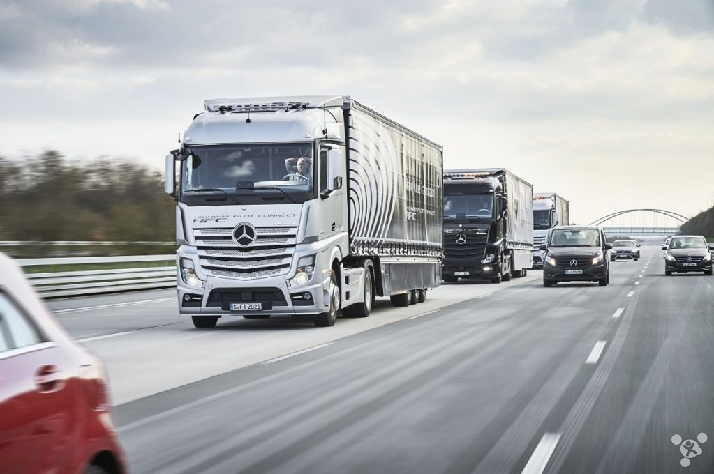 How a man while driving 3 trucks? Mercedes-Benz can do