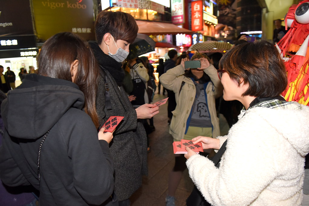 全國廢核行動平台晚間在西門町舉辦非核街頭演講,向民眾發送「無核平安」春聯,呼籲民眾年後一起上街。(攝影:宋小海)