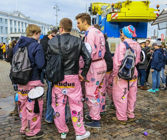 Estudiantes con sus monos en Helsinki, en Vappu