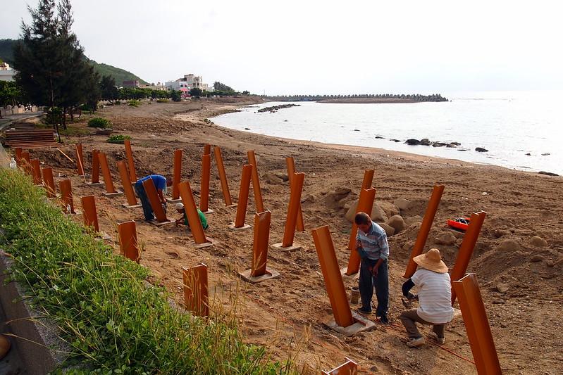 工程包商在後灣施做海堤改善工程,為觀景平台打樁。攝影:李育琴