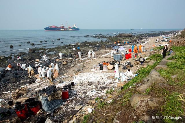 29日,大批人力出動岸際清汙。圖片來源:Kai Chou。