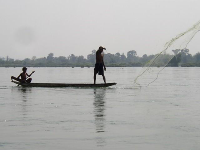 湄公河上的漁民。圖片來源:Paul Arps。CC BY 2.0