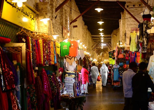 Calles del zoco de Doha llenas de gente y tiendas