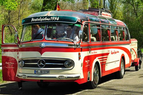 Netter Zufall: Da stehen wir mit unserem Oldtimer Ford Mustang 1966 in der Warteschlange und wollen mit der Kollerfähre Brühl über den Rhein setzen. Kurz darauf reiht sich hinter uns der nächste Oldtimer ein: der Heidelberger Nostalgiebus 1954. Das gegenseitige Entzücken ist riesengroß. Diese Überfahrt mache sich optisch sehr gut, meinte der Fähr-Kassierer. Foto Brigitte Stolle April 2016
