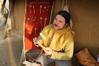 Löffelschnitzer Nemi Norison und seine Löffel auf dem 6. Frühjahrsmarkt in Haithabu - Museumsfreifläche Wikinger Museum Haithabu WHH 26-03-2016