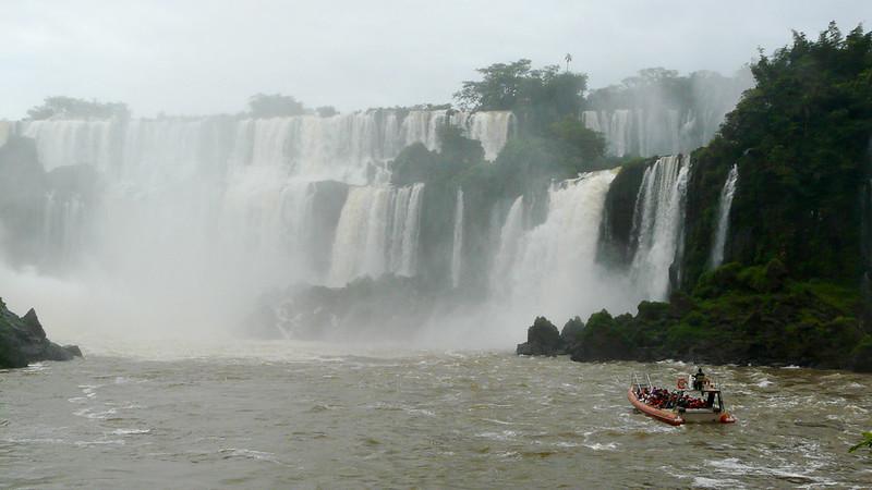En bateau au pied des chutes d'Iguazu