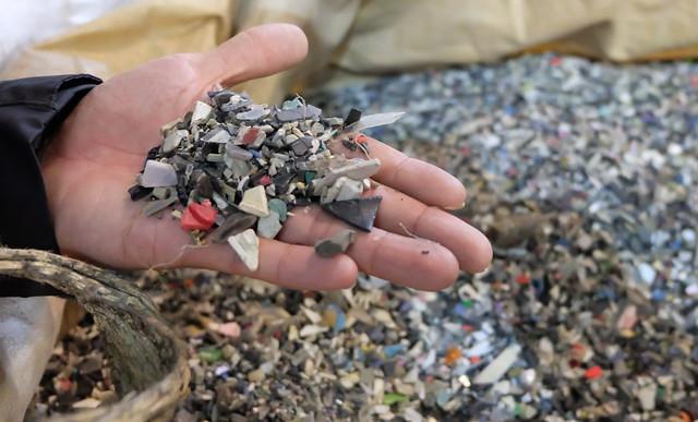 混合型的塑膠廢料,是現行回收再利用產業較難處理的問題。 攝影:陳文姿