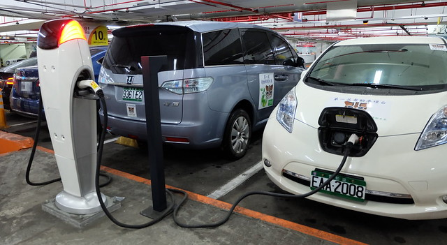 台灣不僅公共充電站少,還會發生充電停車位被一般汽車占用的窘狀。攝影:陳文姿
