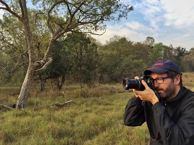 Víctor Alonso fotografiando al tigre en India