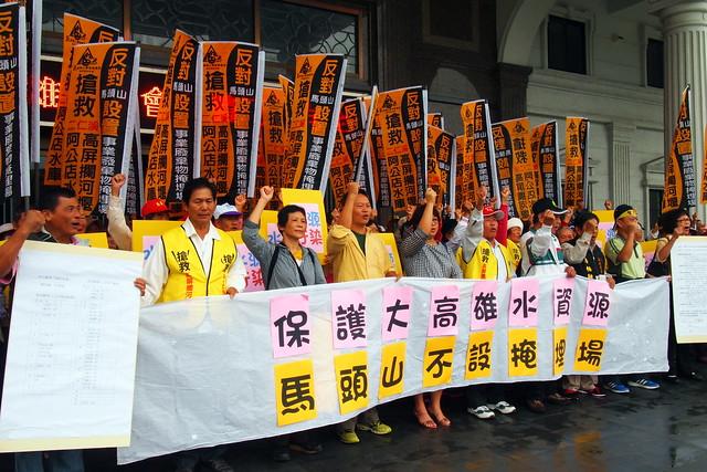反馬頭山自救會一早有200多位鄉親到市議會參加公聽會。攝影:李育琴