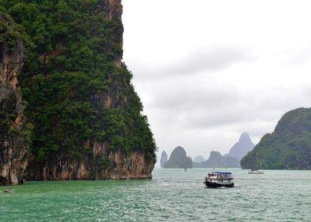Nuestro barco durante la excursión a la isla de James Bond