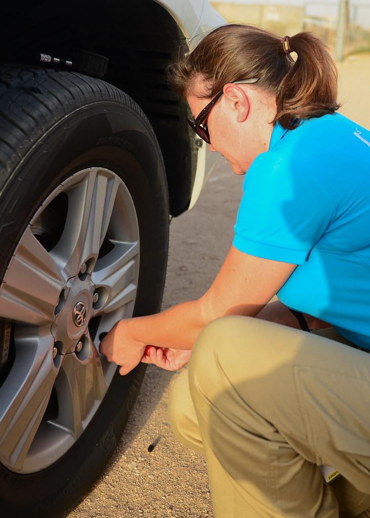 Desinflando las ruedas para poder iniciar la ruta en 4x4 por la arena del desierto